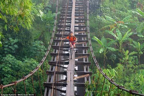 Trẻ em Indonesia đến trường trên cây cầu tử thần-2