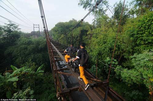 Trẻ em Indonesia đến trường trên cây cầu tử thần-4
