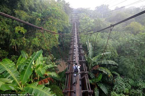 Trẻ em Indonesia đến trường trên cây cầu tử thần-7