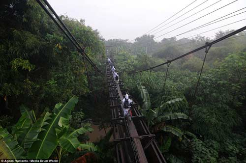 Trẻ em Indonesia đến trường trên cây cầu tử thần-9