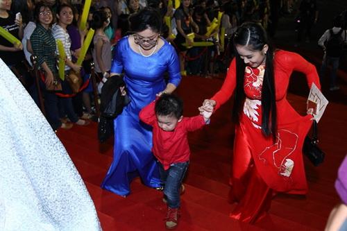 "con trai le phuong len san khau ""am"" giai cung me - 1"