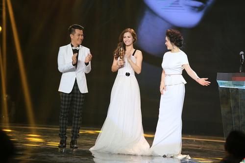 Con trai Lê Phương lên sân khấu