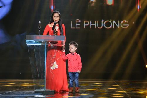 "con trai le phuong len san khau ""am"" giai cung me - 4"