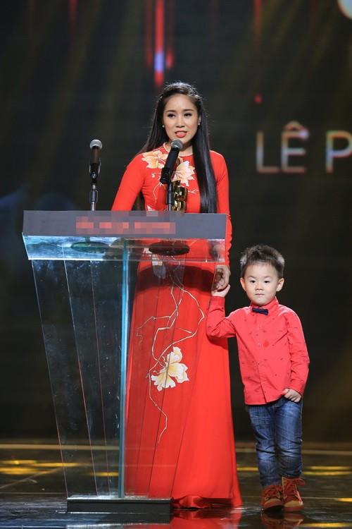 "con trai le phuong len san khau ""am"" giai cung me - 5"