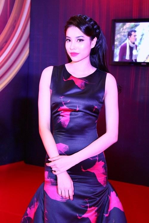 """Thanh Hằng, Khánh My mặc váy """"chặt chém"""" trên thảm đỏ-17"""