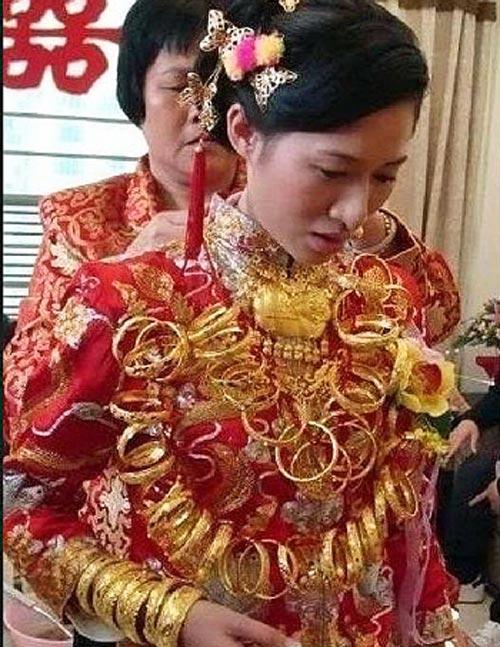 """Những cô dâu suýt """"gẫy cổ"""" vì vàng trong ngày cưới-12"""
