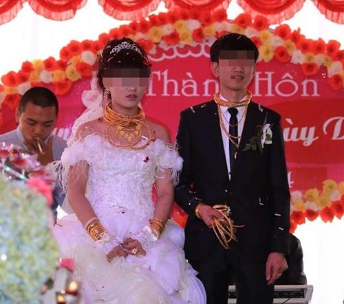 """Những cô dâu suýt """"gẫy cổ"""" vì vàng trong ngày cưới-7"""