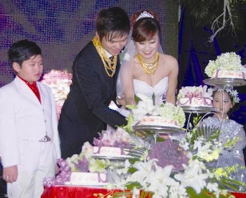 """Những cô dâu suýt """"gẫy cổ"""" vì vàng trong ngày cưới-8"""