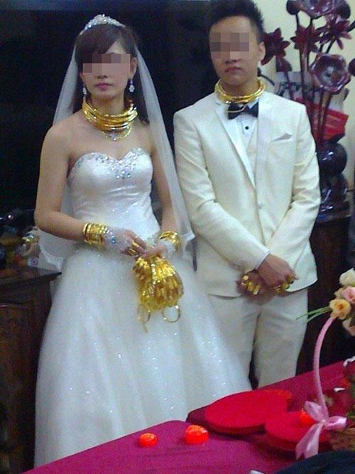 """Những cô dâu suýt """"gẫy cổ"""" vì vàng trong ngày cưới-4"""