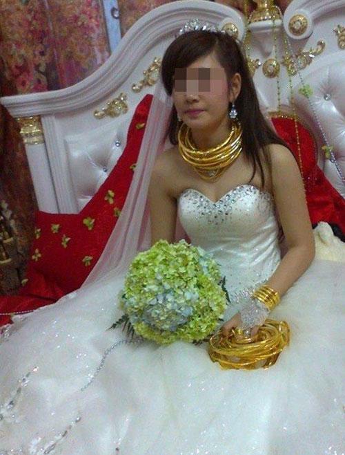 """Những cô dâu suýt """"gẫy cổ"""" vì vàng trong ngày cưới-5"""