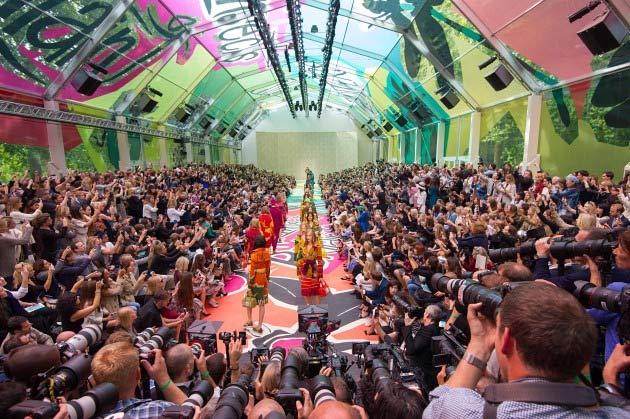 """Những sàn catwalk siêu thực """"đỉnh"""" nhất tại mùa mốt 2015-12"""