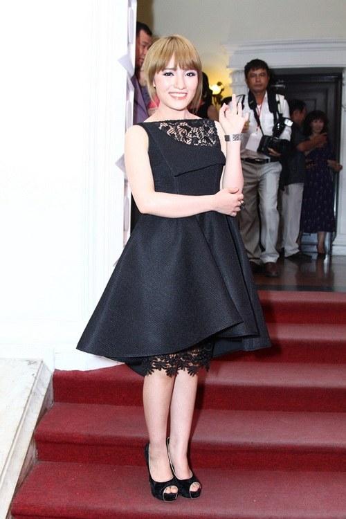 Diva Mỹ Linh U40 buông lơi vai trần gợi cảm-7