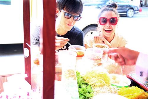 """Tường Vy """"đội nắng"""" ăn trưa, Ngọc Diễm khoe vai trần-5"""
