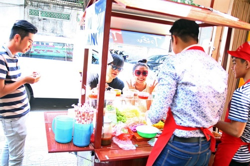 "tuong vy ""doi nang"" an trua, ngoc diem khoe vai tran - 2"