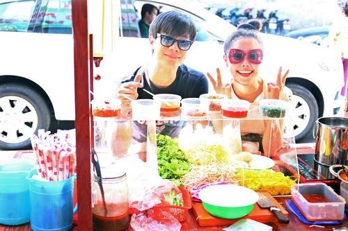 "tuong vy ""doi nang"" an trua, ngoc diem khoe vai tran - 1"