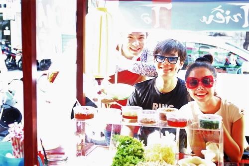 """Tường Vy """"đội nắng"""" ăn trưa, Ngọc Diễm khoe vai trần-4"""
