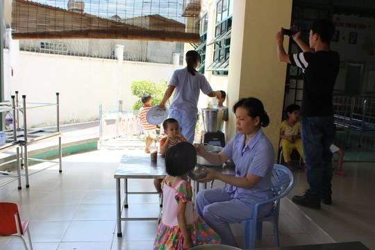 Đình chỉ chức vụ giám đốc trung tâm đánh trẻ bị HIV trong bữa ăn-2