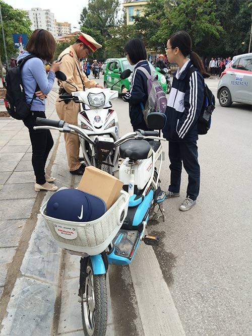ngay dau phat hs khong doi mbh: con nhieu vi pham - 8