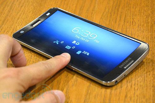 4 mau smartphone man hinh cong doc dao dang ban tai viet nam - 2