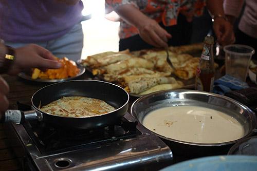 chang trai ha lan lam banh pancake tang tre ngheo - 6