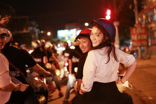 thuy top mat moc ngoi xe may phat com giua khuya - 8