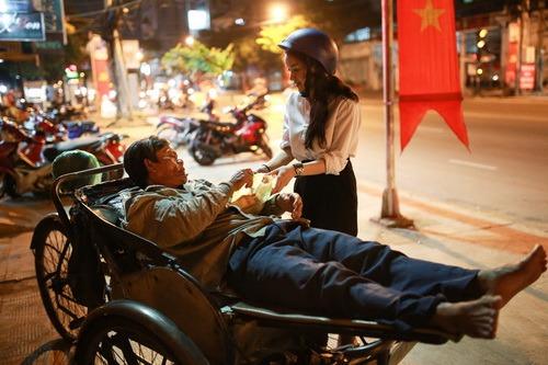 thuy top mat moc ngoi xe may phat com giua khuya - 9