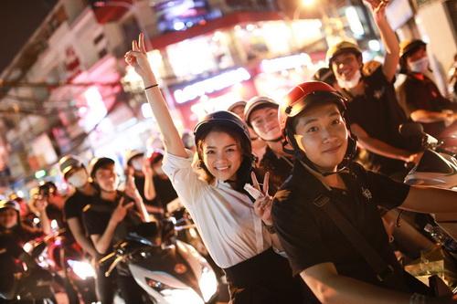 thuy top mat moc ngoi xe may phat com giua khuya - 11