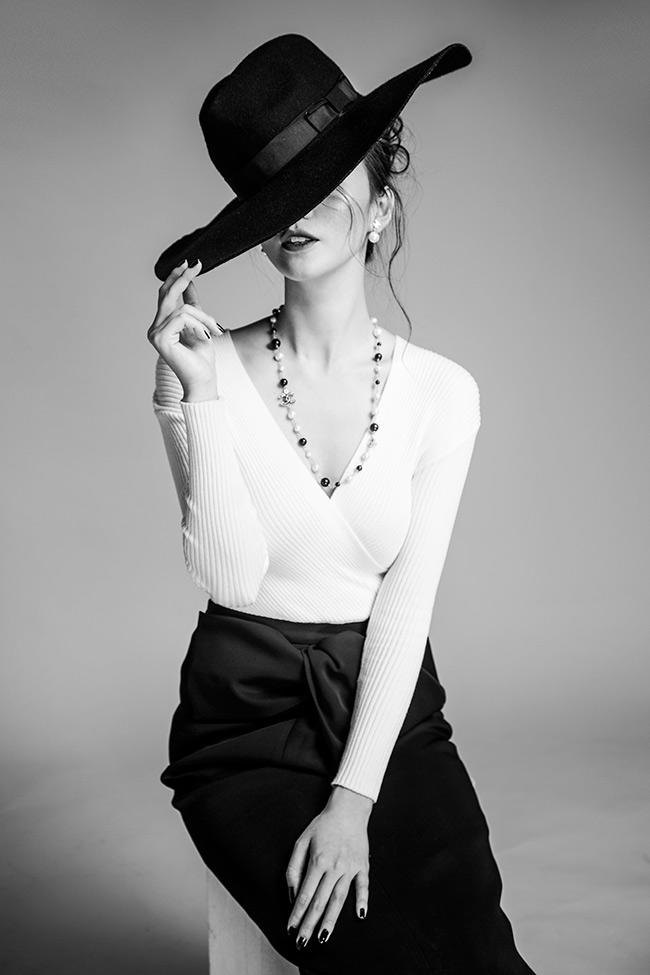 Khánh My trong bộ ảnh mới với vẻ đẹp quyến rũ cổ điển. Trang phục đen trắng tiếp tục được người đẹp lựa chọn cho hình ảnh mới của mình.
