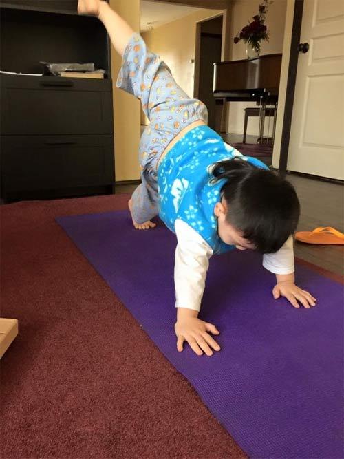 duong my linh tap yoga cung con trai bang kieu - 1