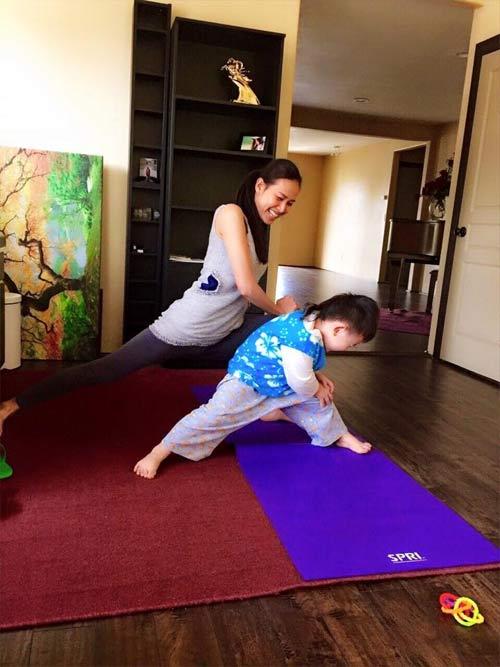 duong my linh tap yoga cung con trai bang kieu - 2