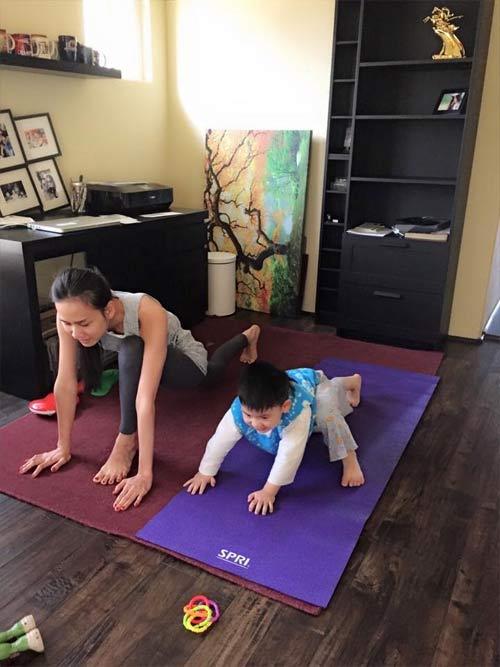duong my linh tap yoga cung con trai bang kieu - 3