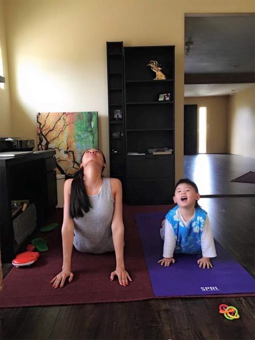 duong my linh tap yoga cung con trai bang kieu - 4