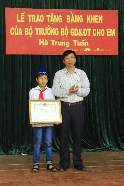 bo truong tang bang khen cho hs tra lai 20 trieu dong nhat duoc - 1