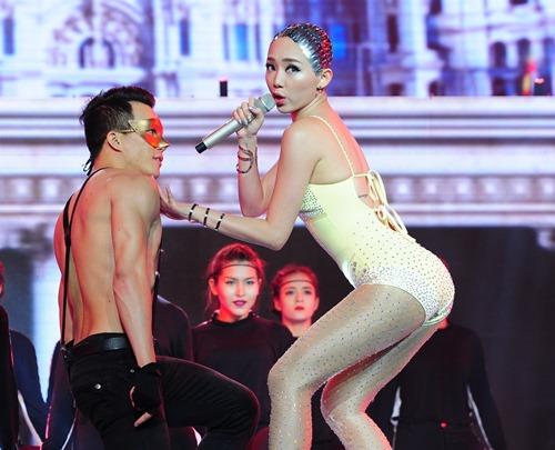 toc tien 'vac' tran, isaac hoa 'dien' tren san khau the remix - 4