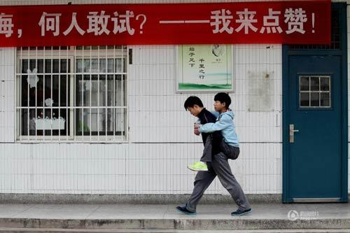 cam dong: nam sinh 3 nam cong ban khuyet tat den truong - 1