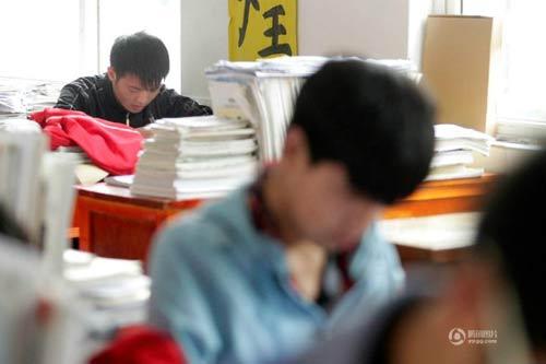 cam dong: nam sinh 3 nam cong ban khuyet tat den truong - 3