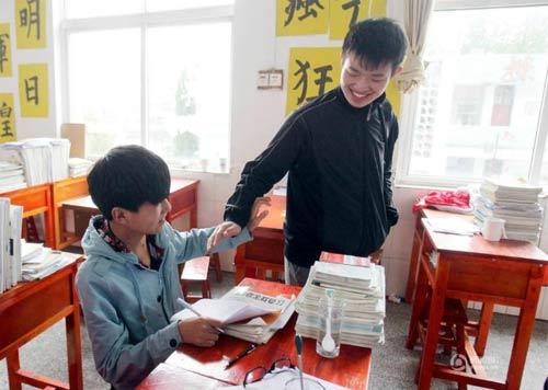 cam dong: nam sinh 3 nam cong ban khuyet tat den truong - 4