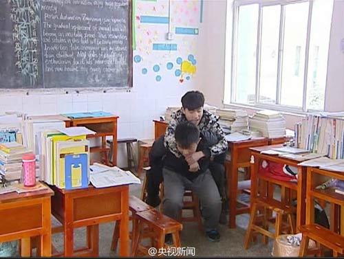 cam dong: nam sinh 3 nam cong ban khuyet tat den truong - 6