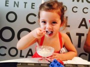 Hậu trường - Con gái Hồng Nhung rạng rỡ đi ăn kem cùng mẹ
