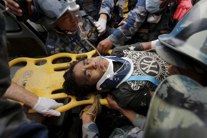 nepal: cau be 15 tuoi con song sau 5 ngay bi chon vui - 1