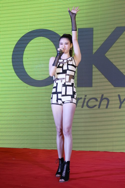 truong quynh anh khoe chan thon dai tai event - 9