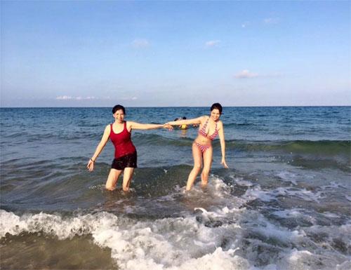 vu thu phuong dien bikini khoe dang tren bai bien - 3