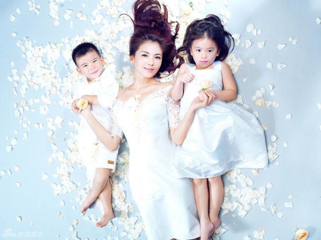 'Hiền thê lương mẫu' của làng giải trí Hoa ngữ Lưu Đào khoe bộ ảnh mới cùng 2 bé con.