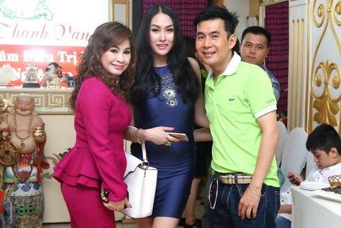 phi thanh van duoc chong cham soc het long - 13