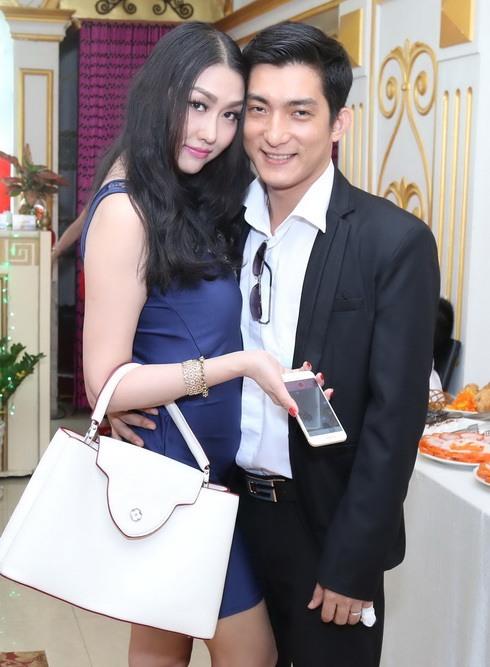 phi thanh van duoc chong cham soc het long - 1