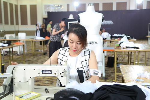 project runway 2015: thi sinh dau tri cang thang - 12