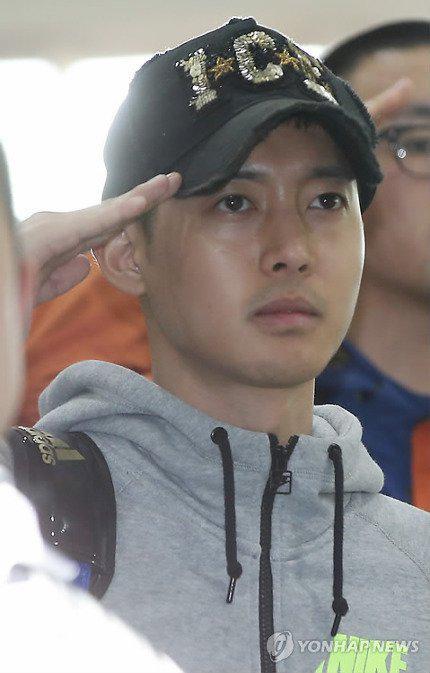 "kim hyun joong ""xuong sac"" ngay nhap ngu - 3"
