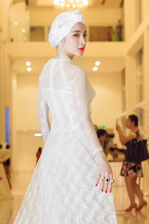 angela phuong trinh gay chu y voi ve quyen ru day bi an - 6