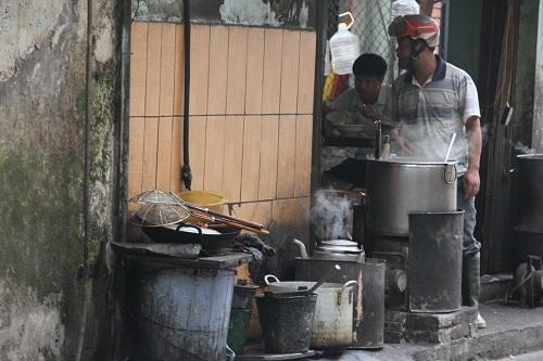 Cận cảnh đường đi của cá thối từ chợ đến quán ăn-11