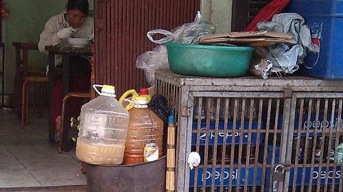 Cận cảnh đường đi của cá thối từ chợ đến quán ăn-10